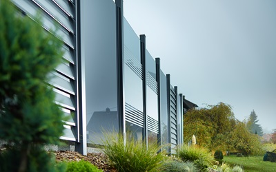 Glass fencing with aluminium sections